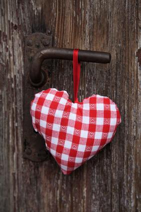 Rot weiß kariertes Herz als Grußkarte zum Valentin
