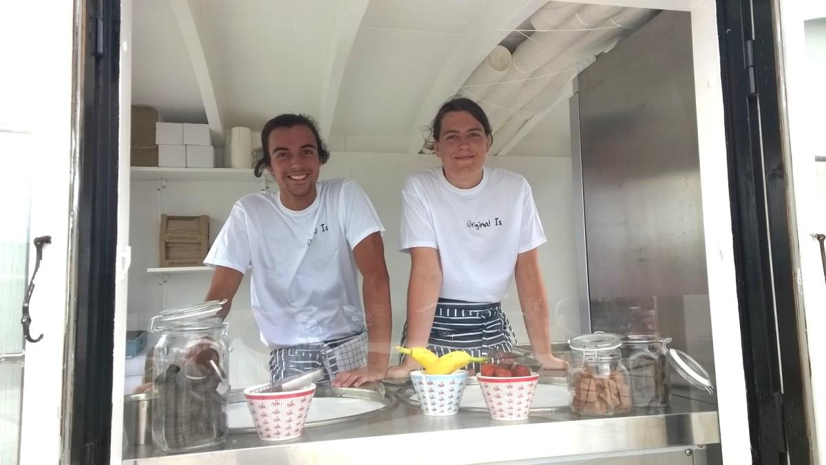 """Zwei junge Männer mit einer neuen Sommer-Idee: """"Original Is"""" jetzt am Snogebæk-Hafen"""